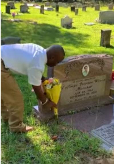 Paul Jr. visitando o túmulo da mãe