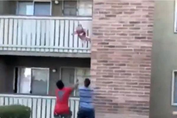 Ex-jogador salva criança arremessada de prédio em chamas; veja o vídeo 1