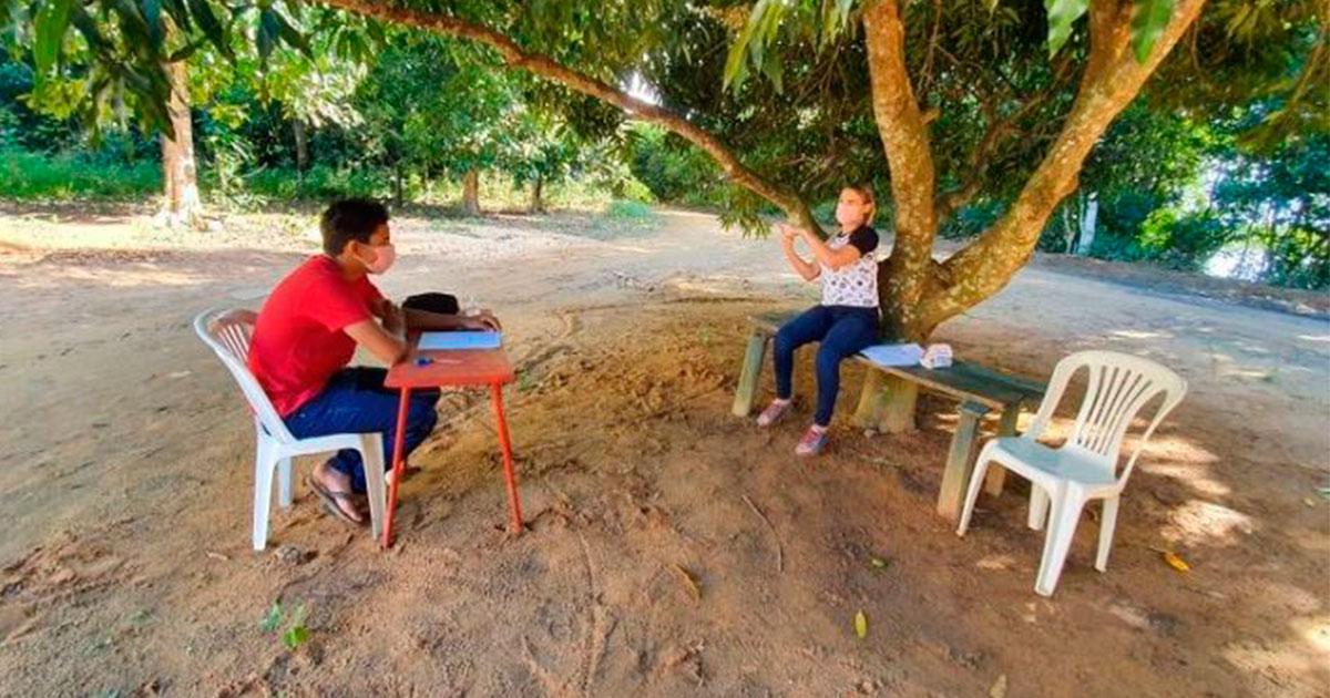 Professora percorre 70 km para dar aula em libras à aluno que não tem internet (ES) 1