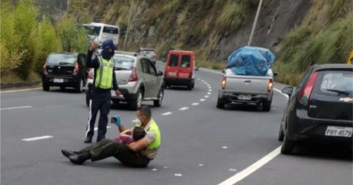 Policial tranquiliza criança de 4 anos após acidente no Equador e foto viraliza 4