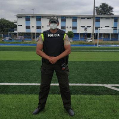 policial em pé