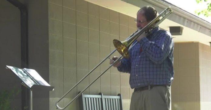 Robert tocando trombone para o irmão
