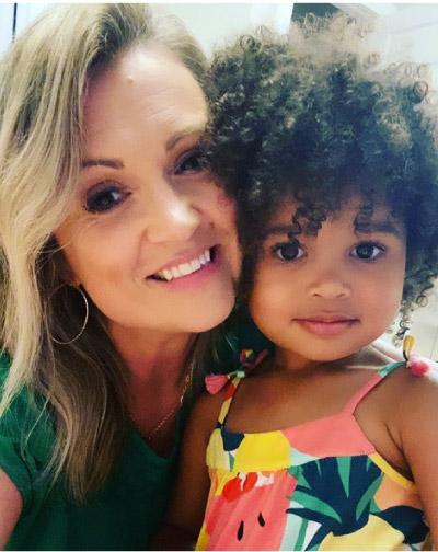 mãe e filha fazendo selfie