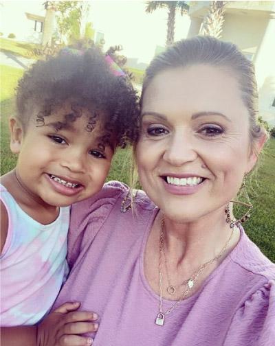 mãe e filha abraçadas