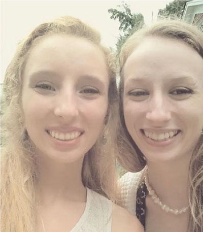 duas mulheres loiras sorrindo