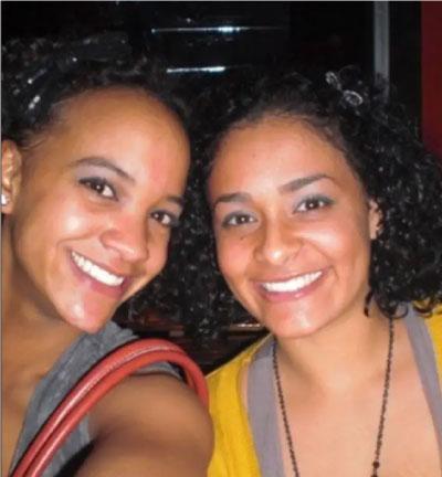 Duas mulheres sorrindo pra foto