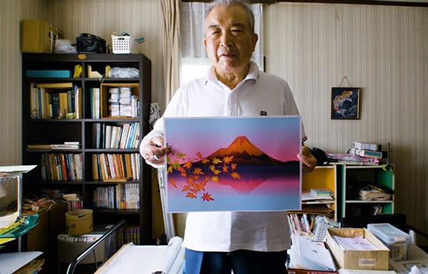 Tatsuo segurando quadro