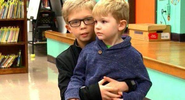 Timoty abraçando Connor