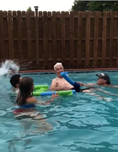 vovo nadando