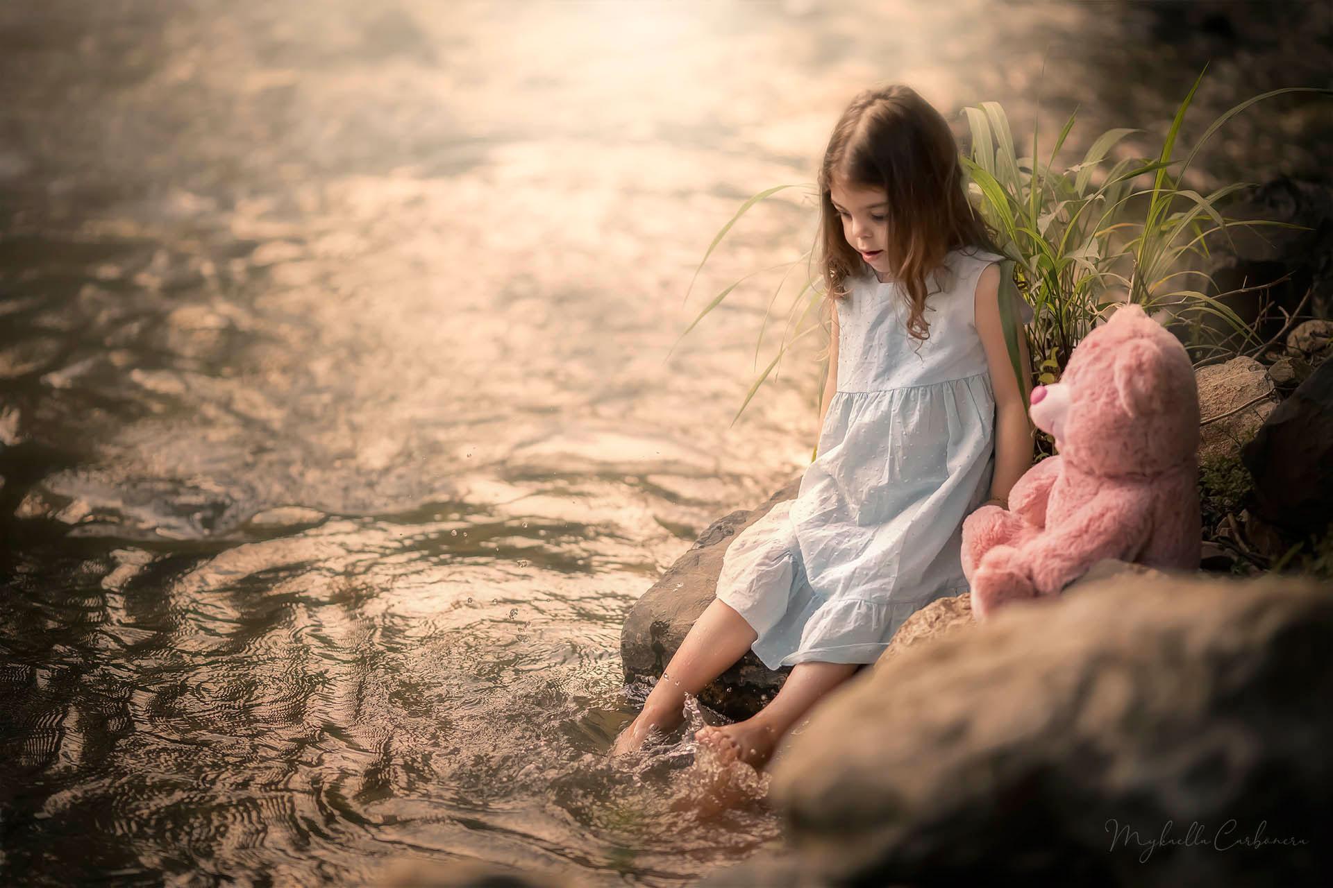 menina pés água riacho