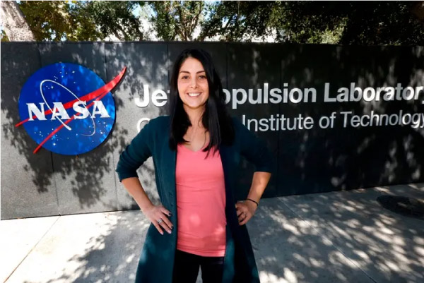 Diana em frente a sede da NASA