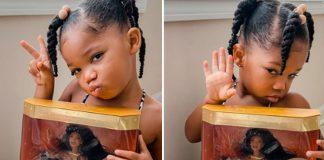menina negra com boneca