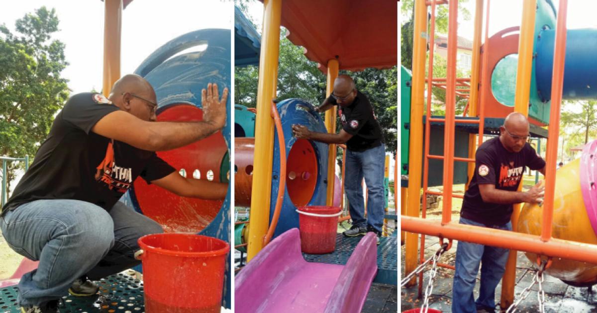 Abdullah limpando parque