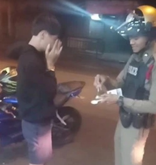 adolescente chora com policial