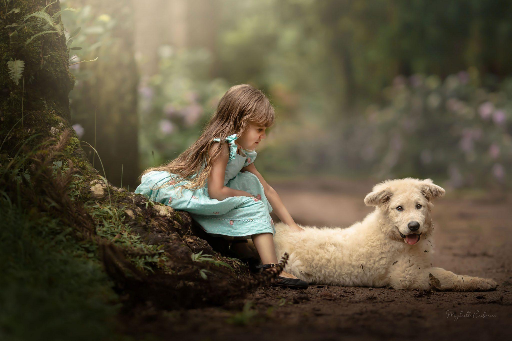 menina passando mão cachorro