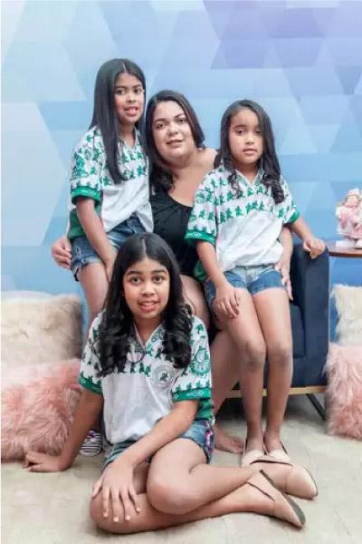Ana e família vestidas com uniforme do Palmeiras