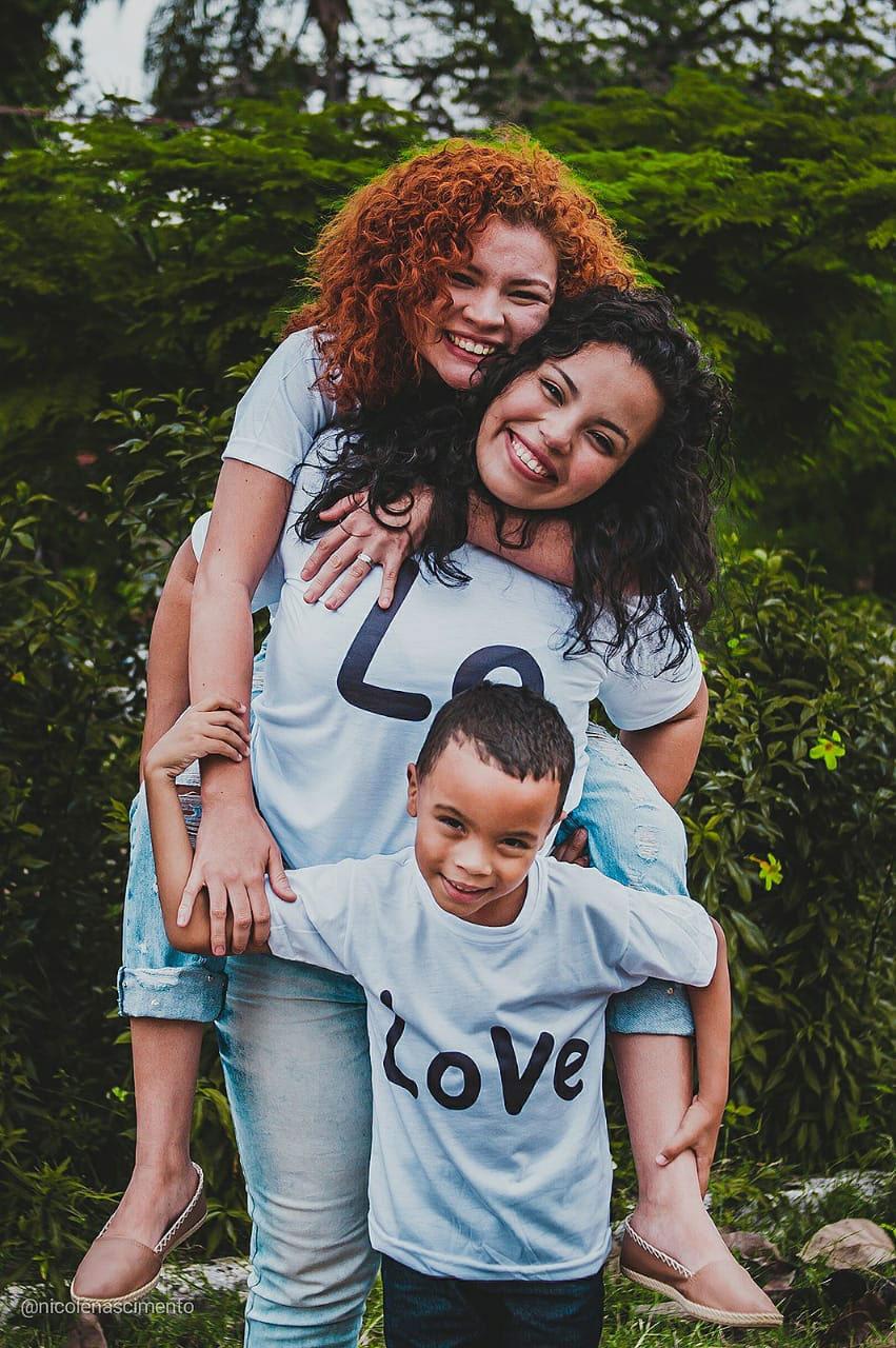 mães abraçando filho