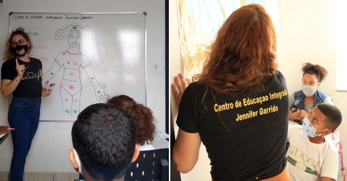 Professora de costas ensinando atividade no quadro escolar para crianças