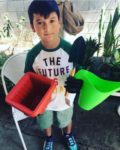 aaron mostrando vasos de planta