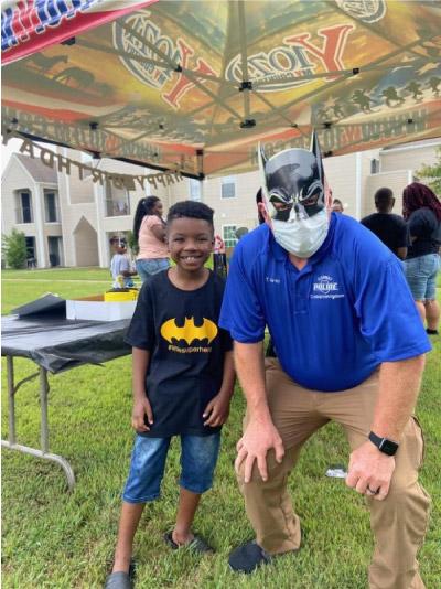 Tim e Bryan vestidos de Batman