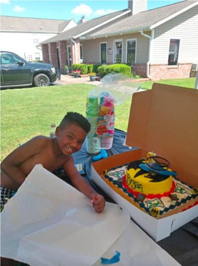 Bryan com bolo de aniversário