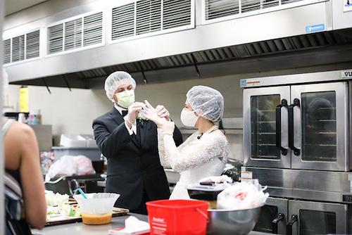 casal doa comida festa de casamento abrigo 2
