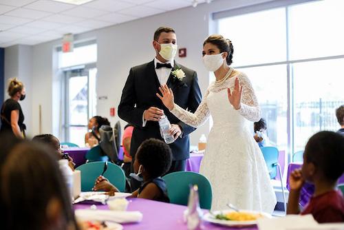 casal doa comida festa de casamento abrigo 4
