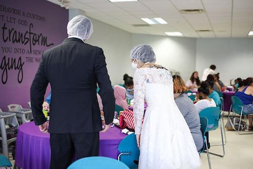 casal doa comida festa de casamento abrigo 5