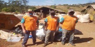 catadores de reciclagem encontram dinheiro e devolvem