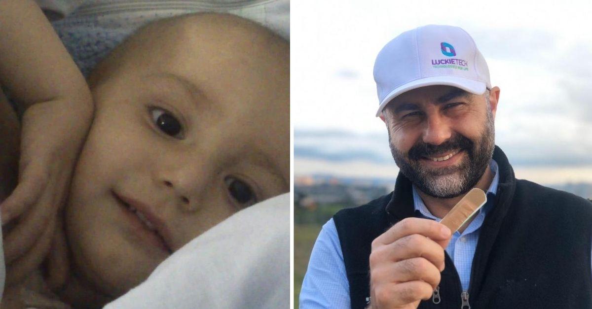 criança com câncer de cabeça raspada e pai ao lado com band-aid que desenvolveu para ajudar crianças com câncer