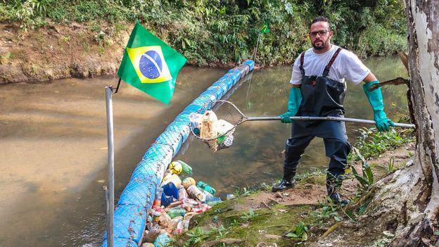 homem ao lado ecobarreira rio