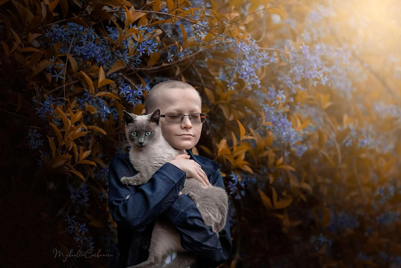 menino abraçando gato