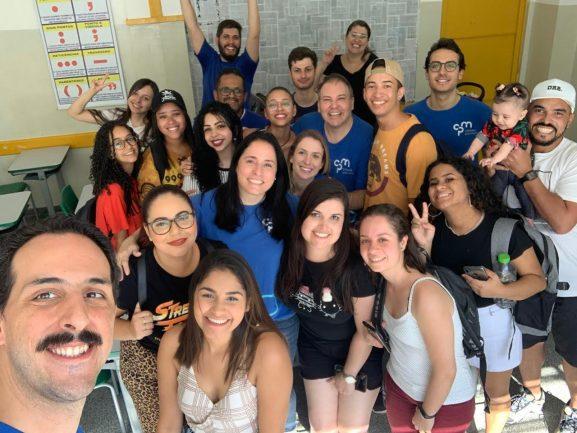 Alunos em sala de aula com professor fazendo selfie
