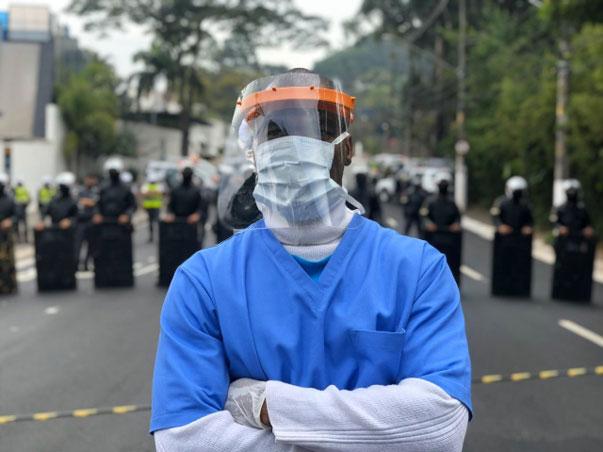 enfermeiro usando equipamentos proteção