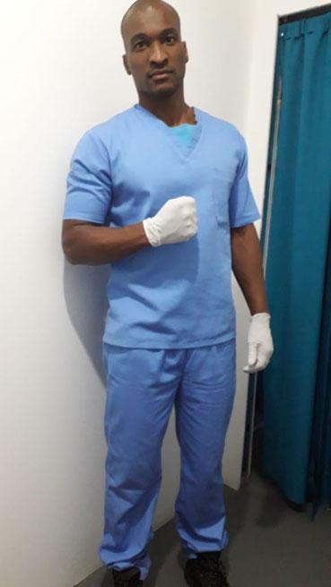 enfermeiro punho cerrado uniforme azul luvas brancas