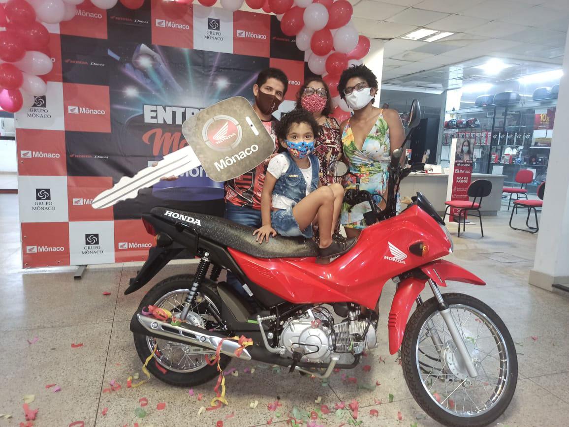 Após repercussão, entregador que trabalha com filha na bike ganha moto e emprego em restaurante 4