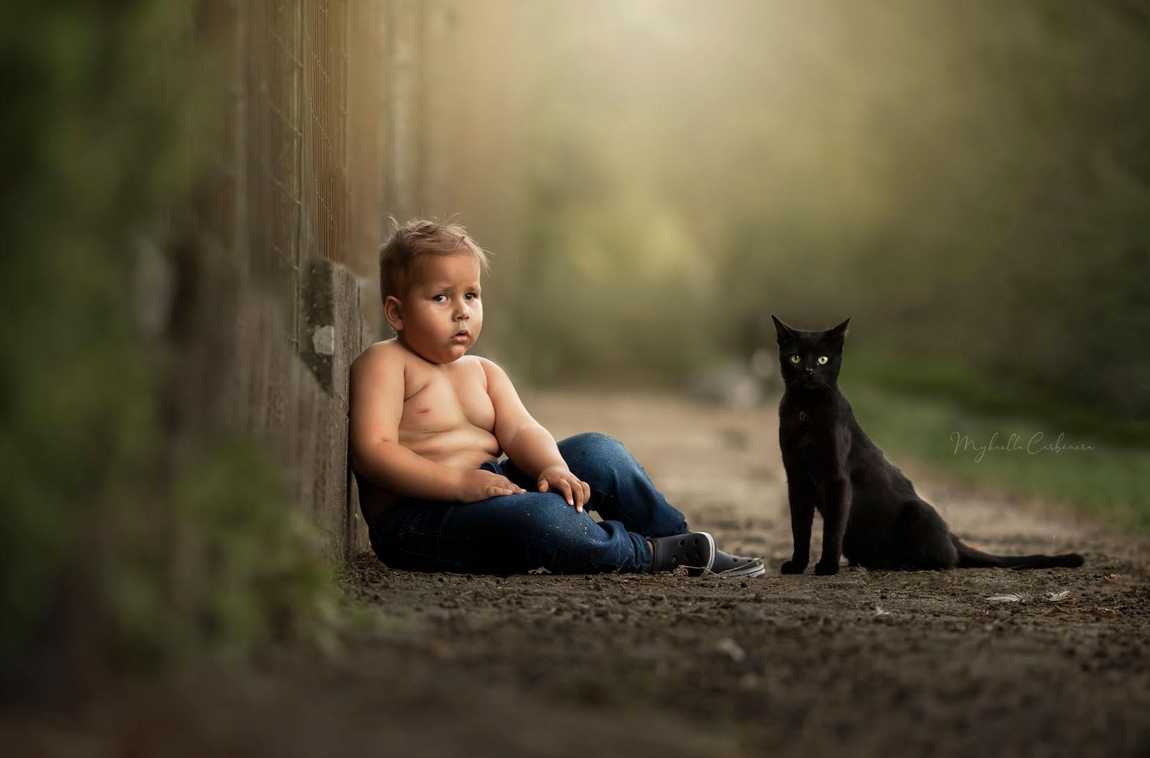menino ao lado gato