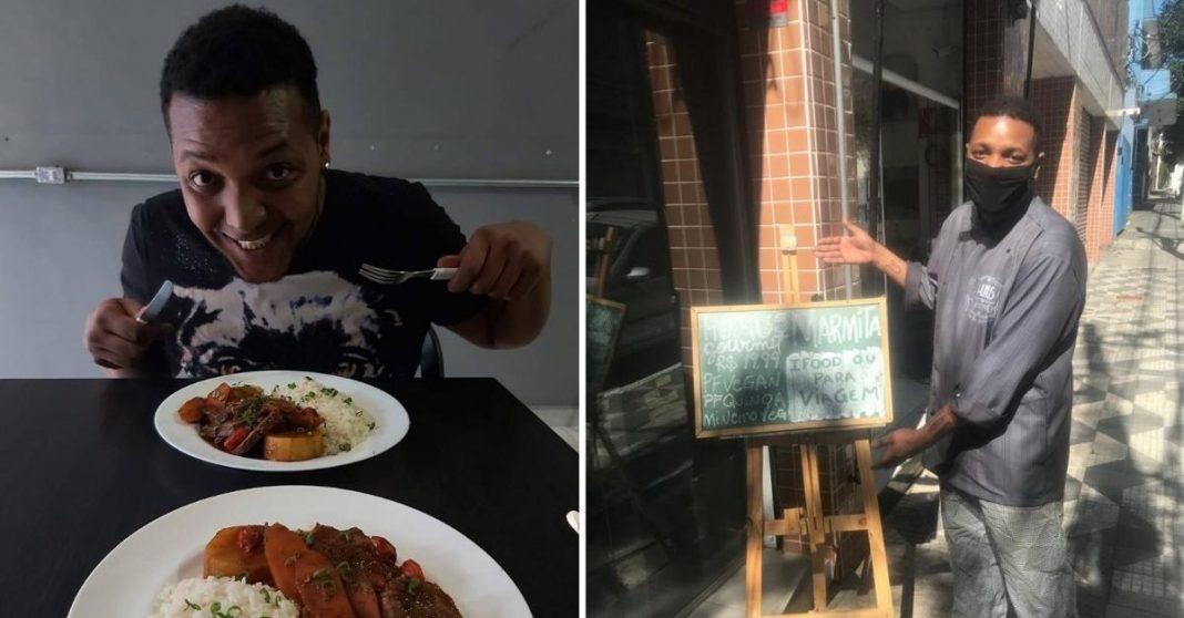 Homem sorrindo de garfo e faca na mão com dois pratos de comida bem apresentáveis e ao lado ele em frente ao seu restaurante mostrando cardápio do dia