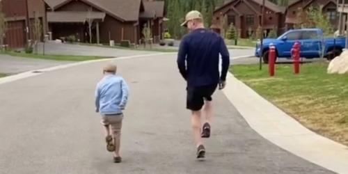filho com sindrome de down e pai brincando 1