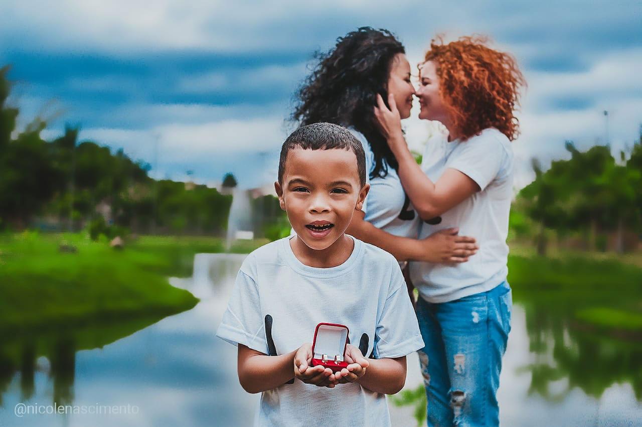 filho segura alianças duas mães