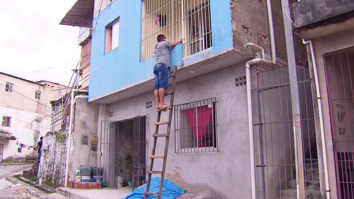 homem usa escada falar mãe janela
