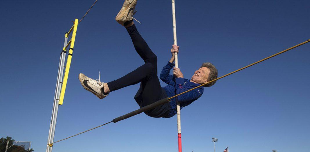 Vovó atleta! Ela tem 85 anos e bateu vários recordes no salto com vara 2