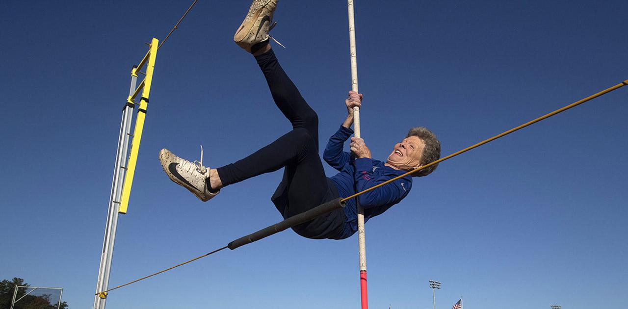 Vovó atleta! Ela tem 85 anos e bateu vários recordes no salto com vara 1
