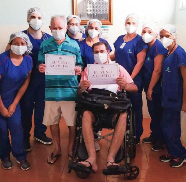 Sr. Francisco,o filho e a equipe que cuidou deles