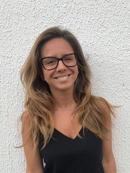 Foto de mulher sorrindo de óculos