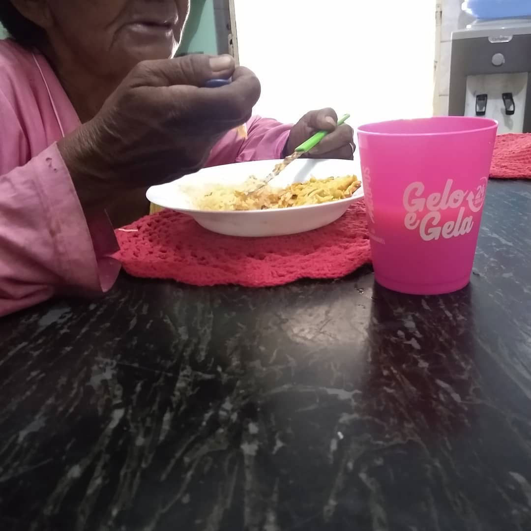 idosa almoçando mesa