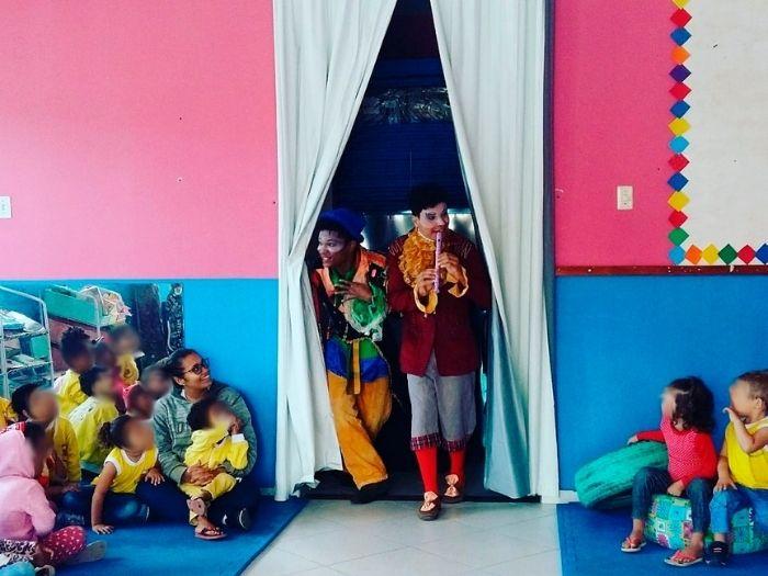 palhaços fazendo apresentação para crianças