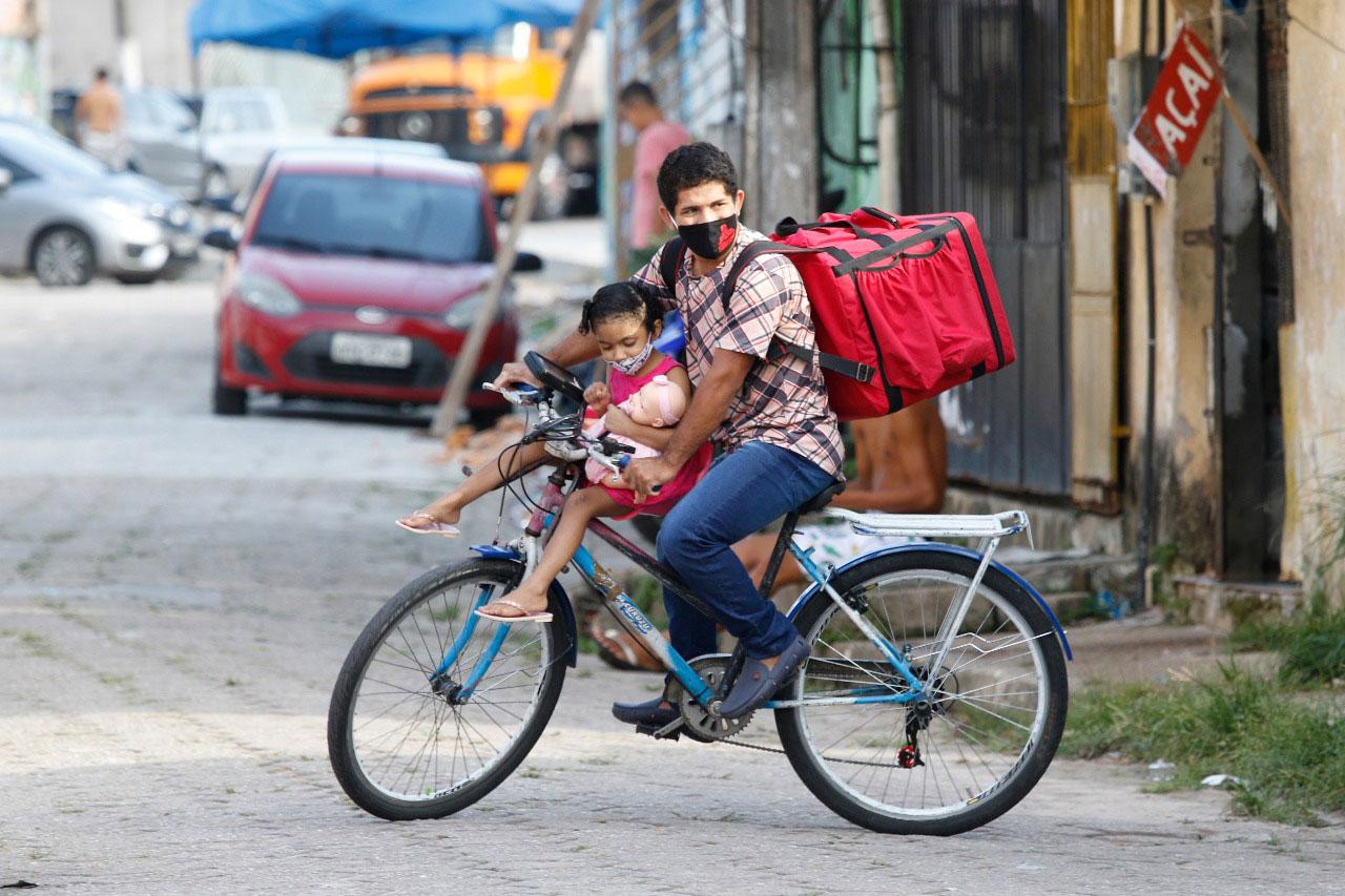 Após repercussão, entregador que trabalha com filha na bike ganha moto e emprego em restaurante 2