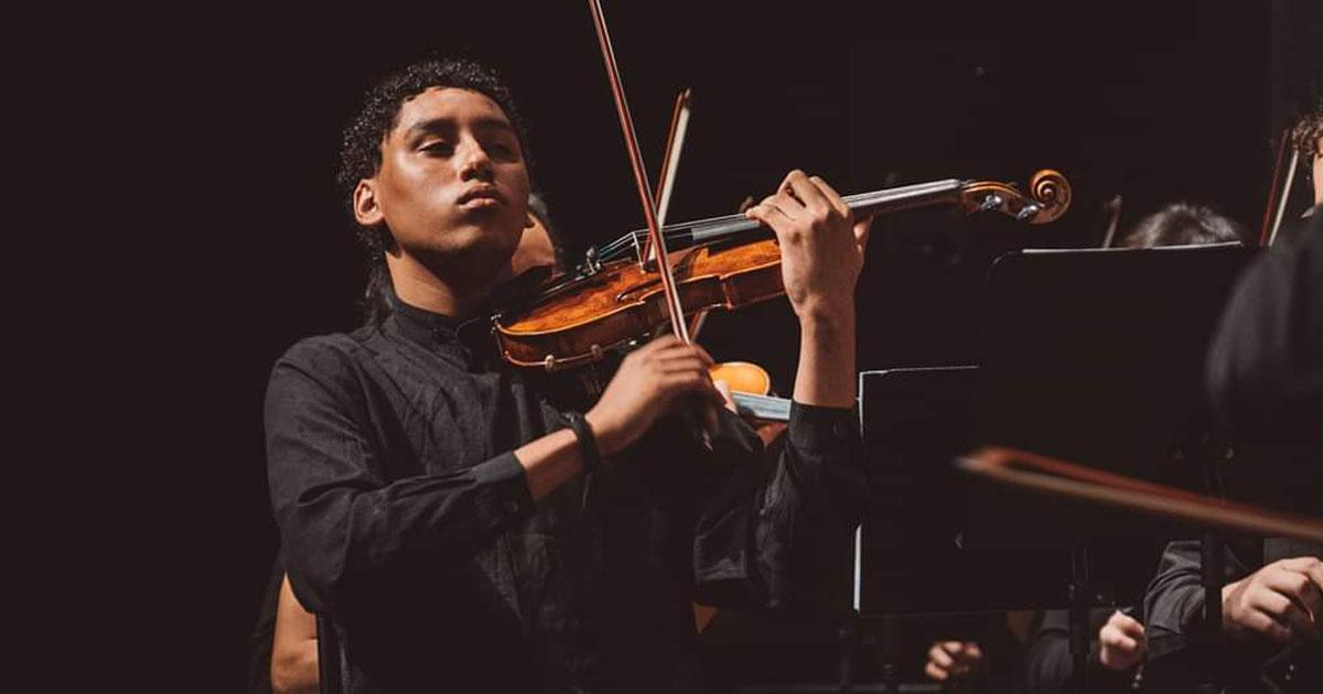 jovem músico negro tocando violino