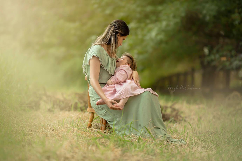 mãe sentada cadeira bebê campo